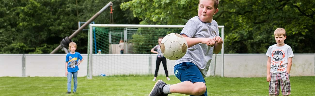 Junge spielt Ball